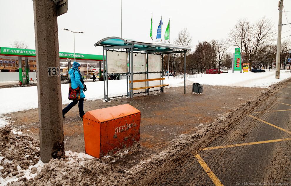 24. На улицах достаточно много дворников и снегоуборочной техники. Дорожки в парках чистят трак