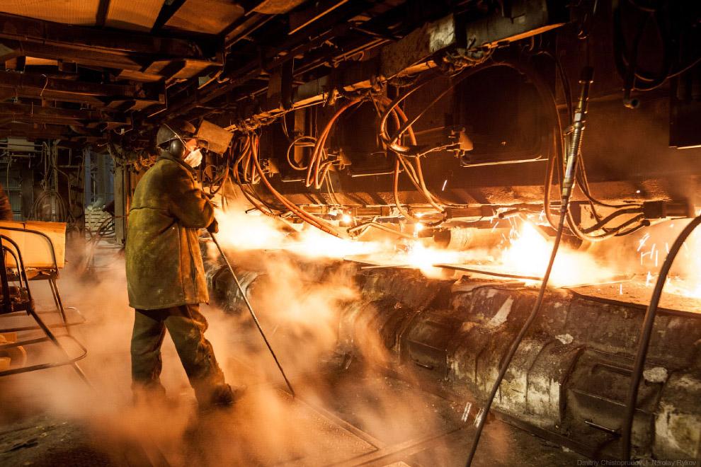 Нужно постоянно следить, чтобы не забивалась горловина кристаллизаторов, в которых сталь остыва