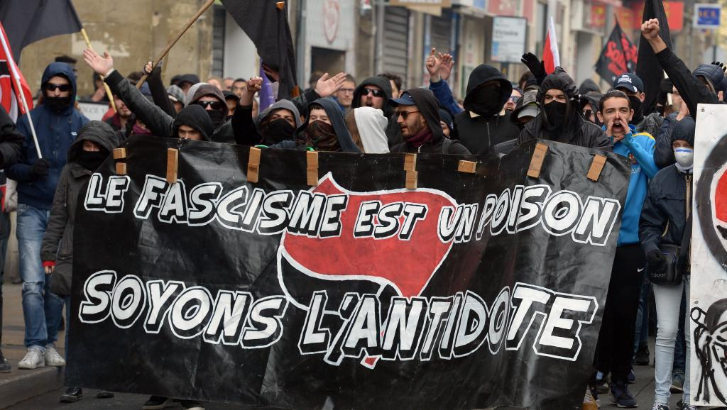 Противников ЛеПен разогнали слезоточивым газом