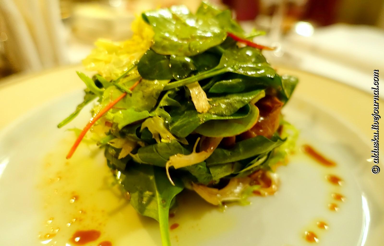 Салат из телячьей вырезки с сезонными грибами и листьями салатов, заправляется пряным шафрановым дрессингом с петрушкой, усеивается усами гороха