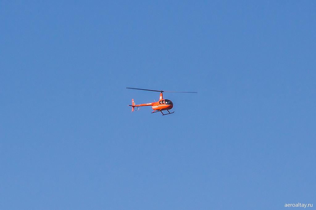 Вертолет Робинсон Авиалесоохраны в аэропорту Барнаула