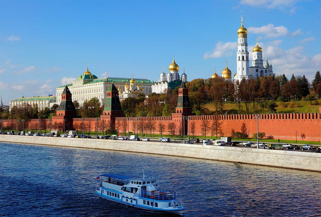 Вдоль Кремлёвской стены.