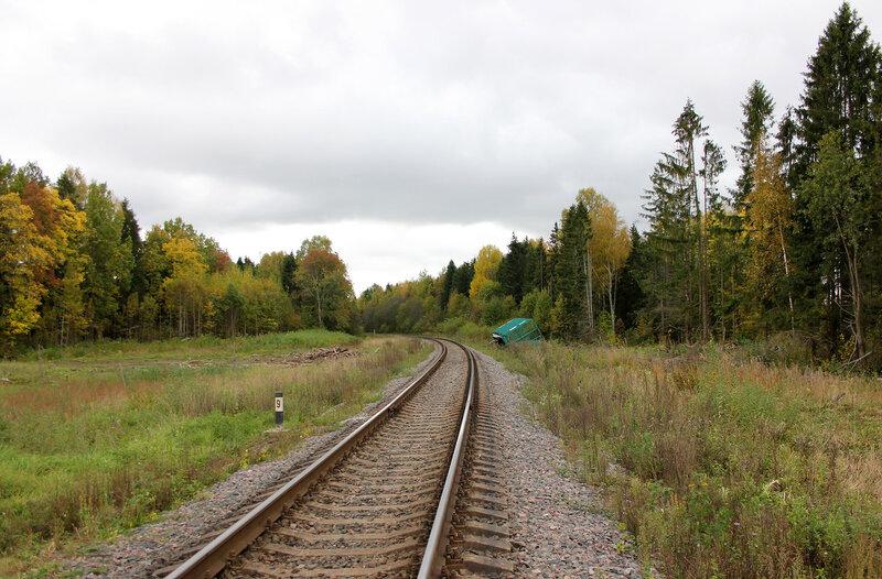 Поваленный вагон у переезда на перегоне Остолопово - Красный холм