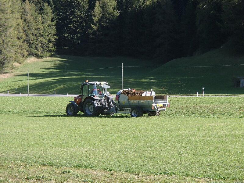 трактор разбрасывает навоз вентилятором