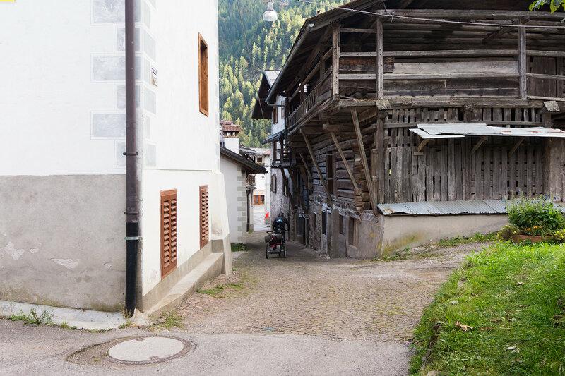 старинный деревянный сарай в Альпах