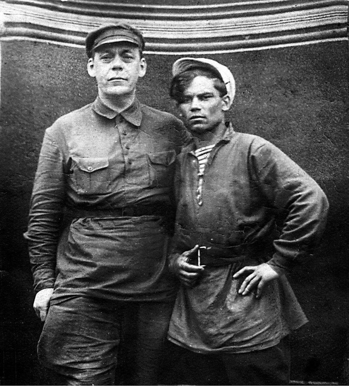 1920-е. Иван Дмитриевич Каширин и комсомолец 1920-х Алексей Степанович Павлов (справа)