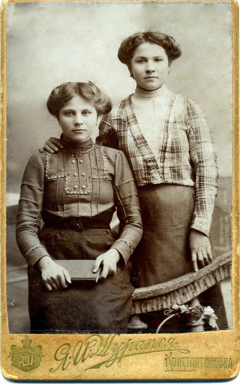 Человьян Евлампия Яковлевна (слева) (1896 - 1991).1909