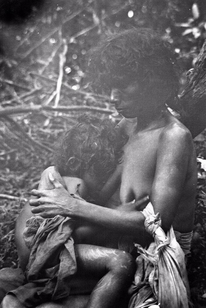 82. Женщина народности ведда кормит грудью ребенка