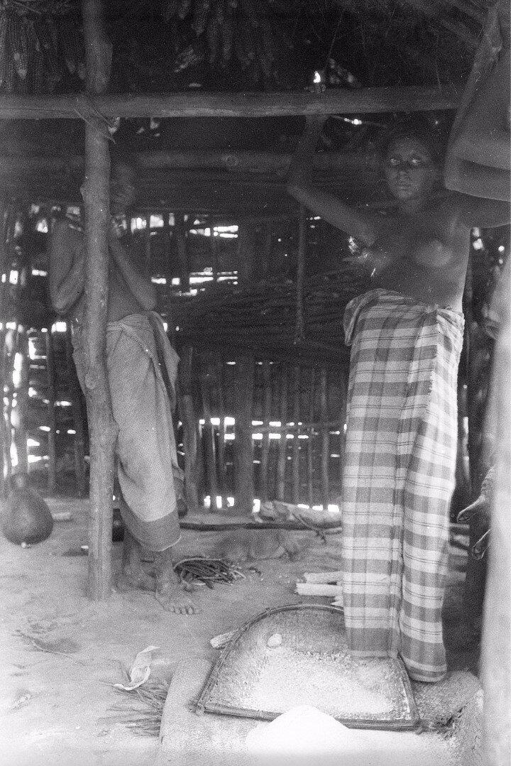 144. Биндога. Две женщины внутри жилого дома