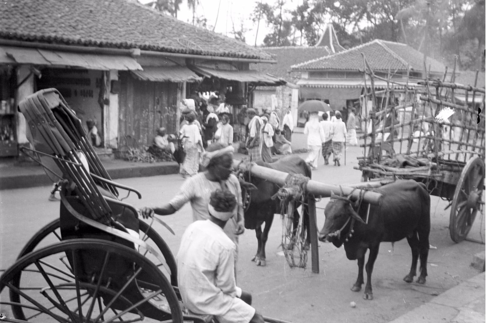 227. Рикша и арба на базаре в Канди