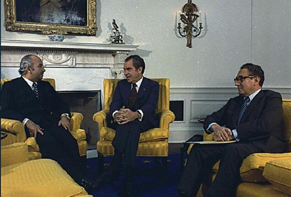 Министр иностранных дел Египта Исмаил Фахми (слева), президент США Ричард Никсон ( в центре) и советник по национальной безопасности и госсекретарь Генри Киссинджер в Белом доме 31 октября 1973