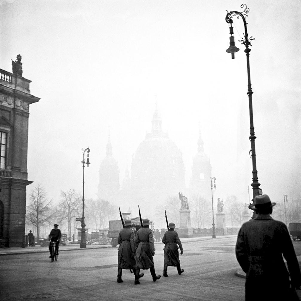 1936. Нацистские солдаты маршируют возле Арсенала