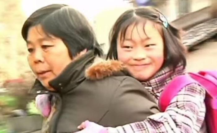 Бабушка три года носит внучку на спине 0 1308ac 73e0b894 orig