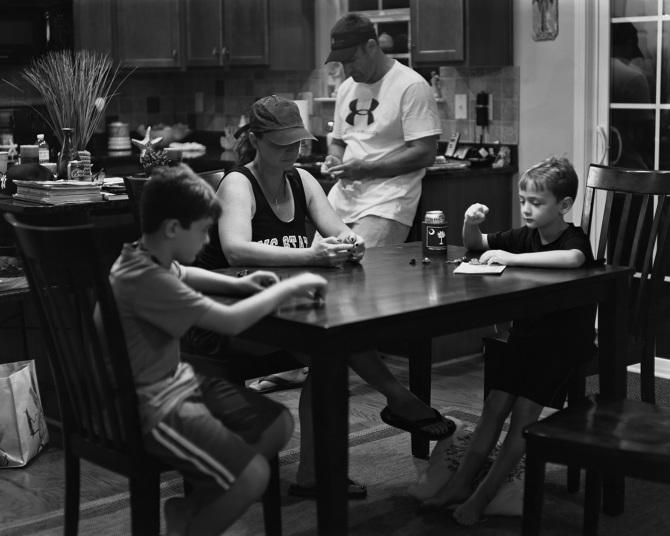 Фотограф из США наглядно показал, как гаджеты разъединяют людей