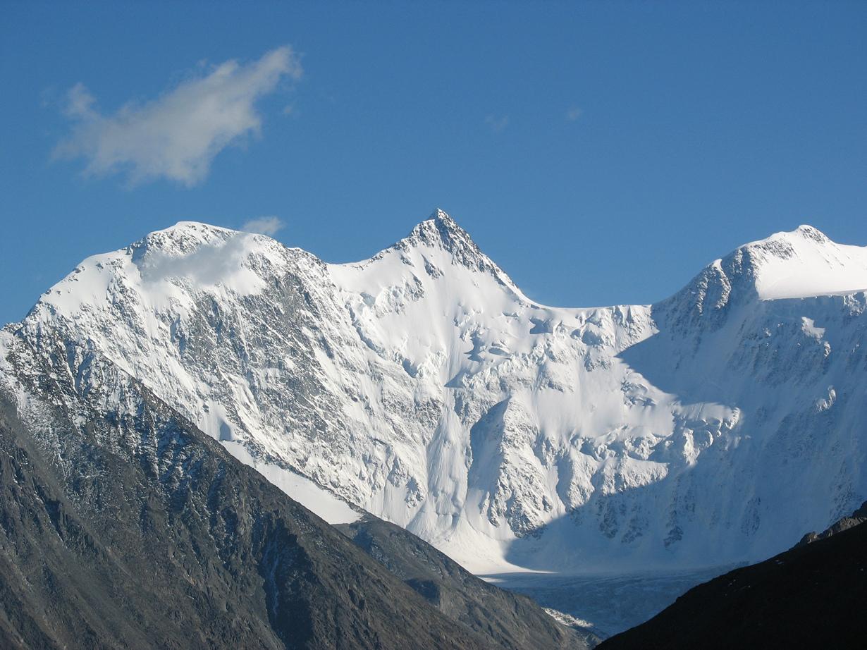 Россия. Гора Белуха (4509 м над уровнем моря). Объект считается наивысшей точкой Горного Алтая. Лучш