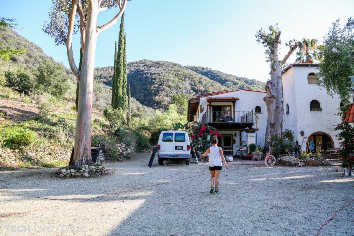 Дом на холме с белой лепниной…полагаю, я в правильном месте, судя по тому, что у двери стоят к
