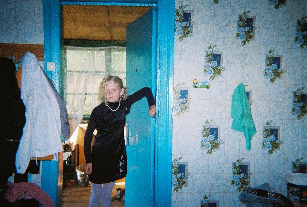 Девочка позирует для камеры в  доме, прилегающем к Чернобыльской зоне отчуждения