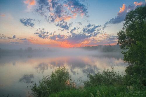 Дышит река тёплым туманом.