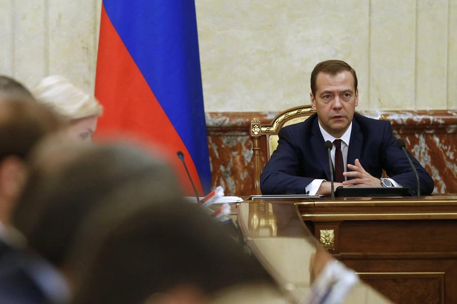 Медведев на заседании правительства.png