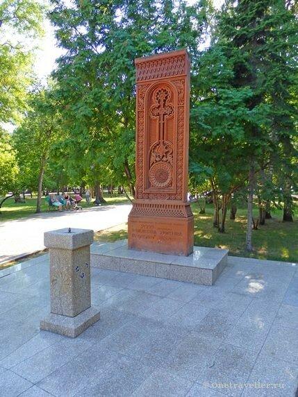 Новосибирск. Крест-камень (хачкар) в Первомайском сквере