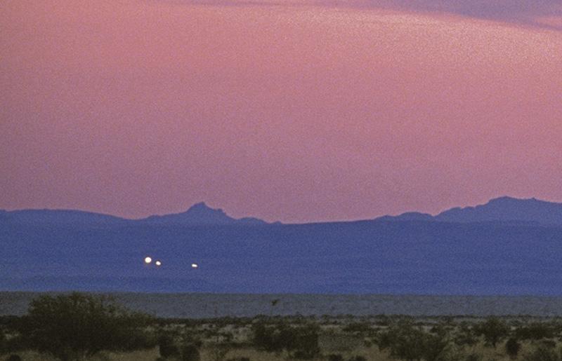 Блуждающие огни считаются редким природным явлением, которое можно наблюдать на болотах, полях и кла
