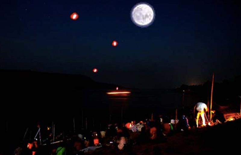 Раз в год на реке Меконг в Таиланде и в Лаосе из воды поднимаются светящиеся шары размером 10-20 мет