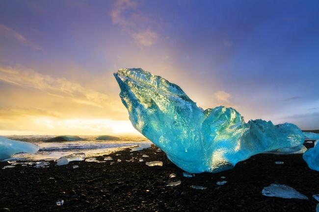 ВИсландии много озер, накоторых можно увидеть огромные глыбы льда. Это захватывающее инемного сюр