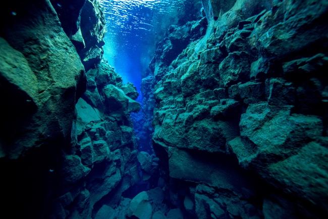 Силфра (Silfra) ? ущелье, которое является частью Атлантического разлома иразделительной линией меж