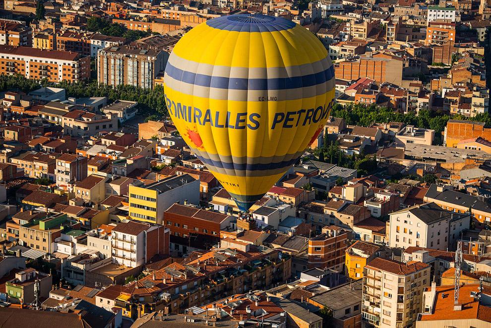 4. Участвующие воздушные шары имеют разнообразные формы. Вон «бутылка» летит. (Фото David Ramos