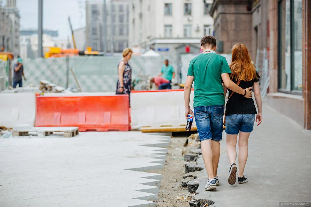 13. Вначале укладывается песчаное уплотнение от 20 до 50 сантиметров, далее идет бетонное основ