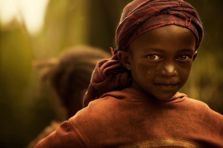 1. Девочка в традиционном платке.