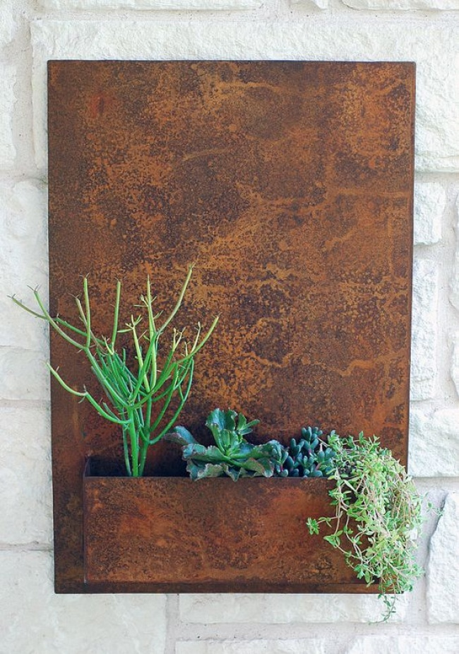 Рецепт простой: повесьте настену старый ящик, посадите внего цветы инезабывайте поливать. Подроб
