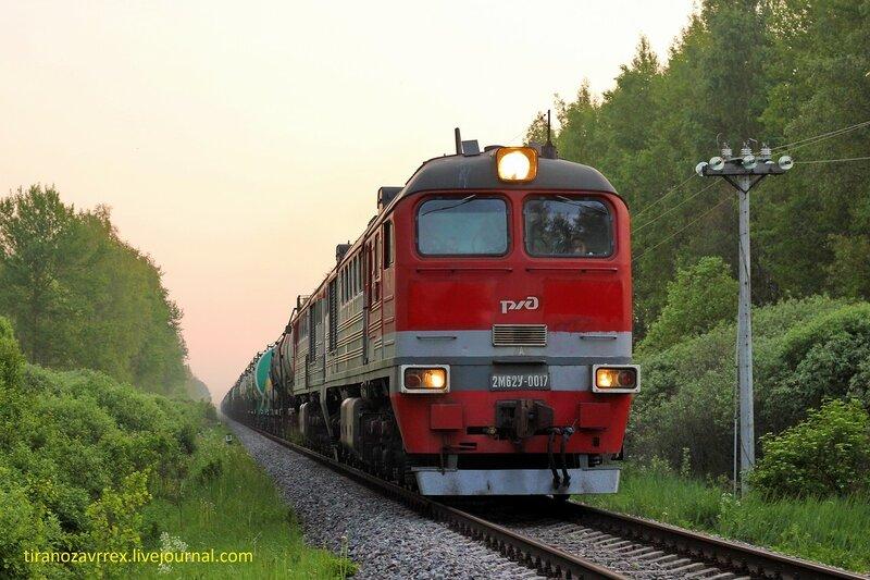 2М62У-0017 с грузовым поездом на перегоне Осуга - Сычёвка, участок Помельница - Сычёвка