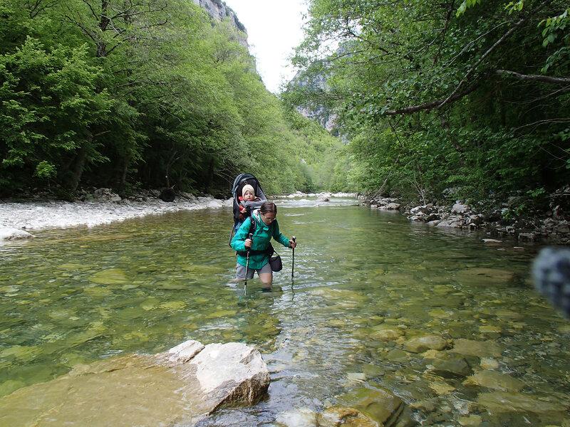 пеший поход с ребенком в рюкзаке Deuter, брод через реку