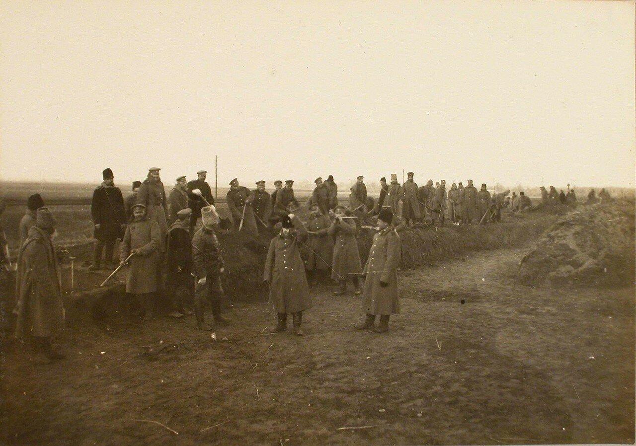 74. Солдаты во время постройки разъезда на станции. Галиция, ст. Дембица