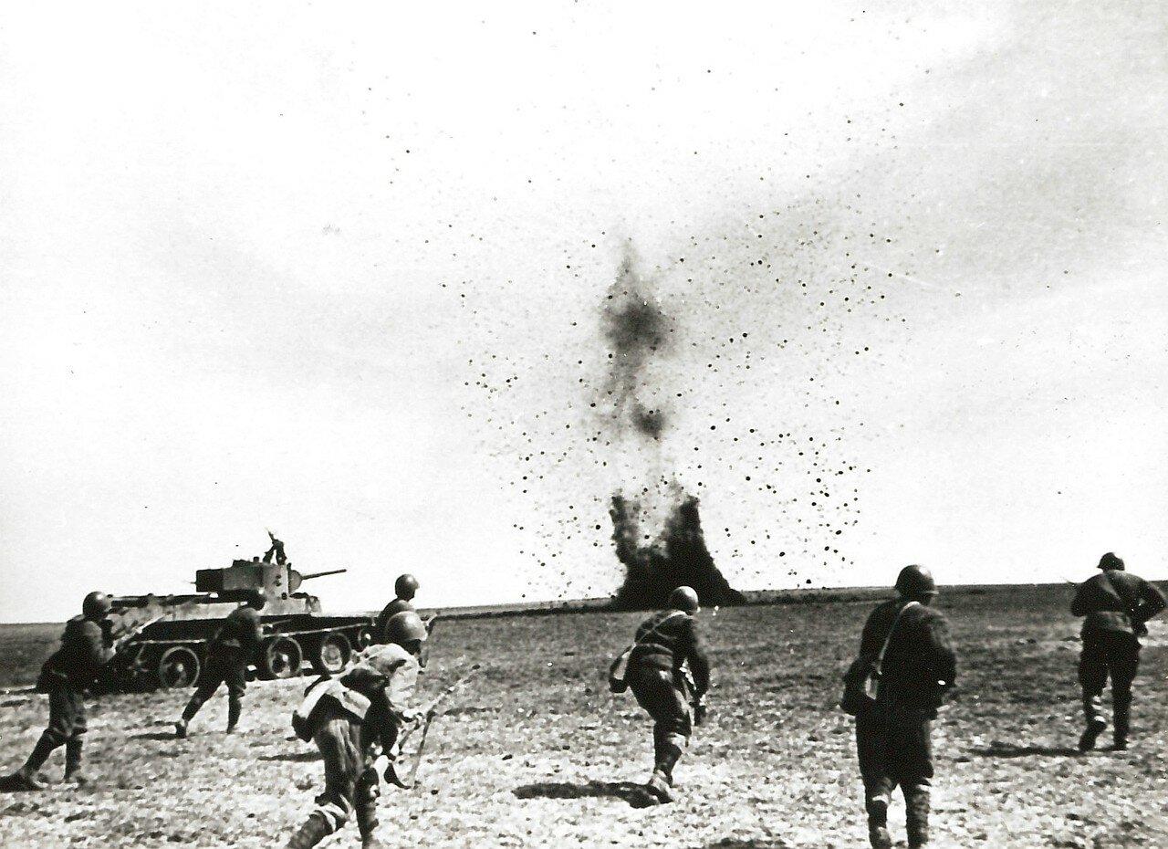 1942. Атака советских солдат во время боевых действий в районе Севастополя