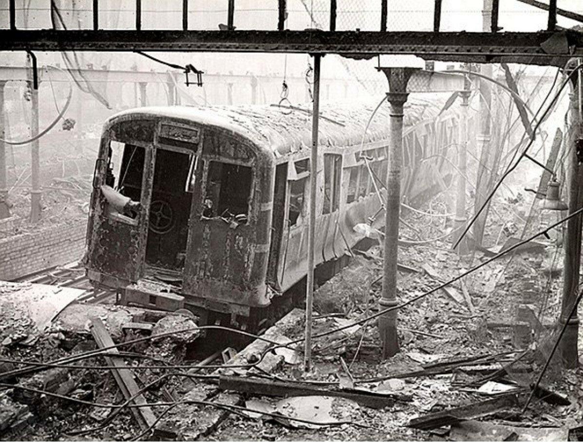 1940. Разрушенный поезд на станции метро «Мургейт» во время одной из самых сильных атак ВВС Германии на Лондон 29 декабря