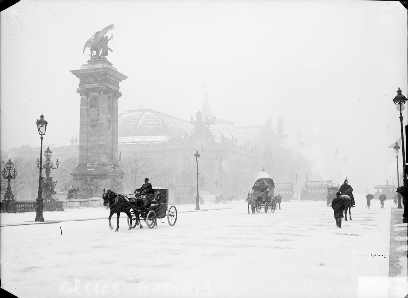1908. Движение в непогоду недалеко от Большого дворца