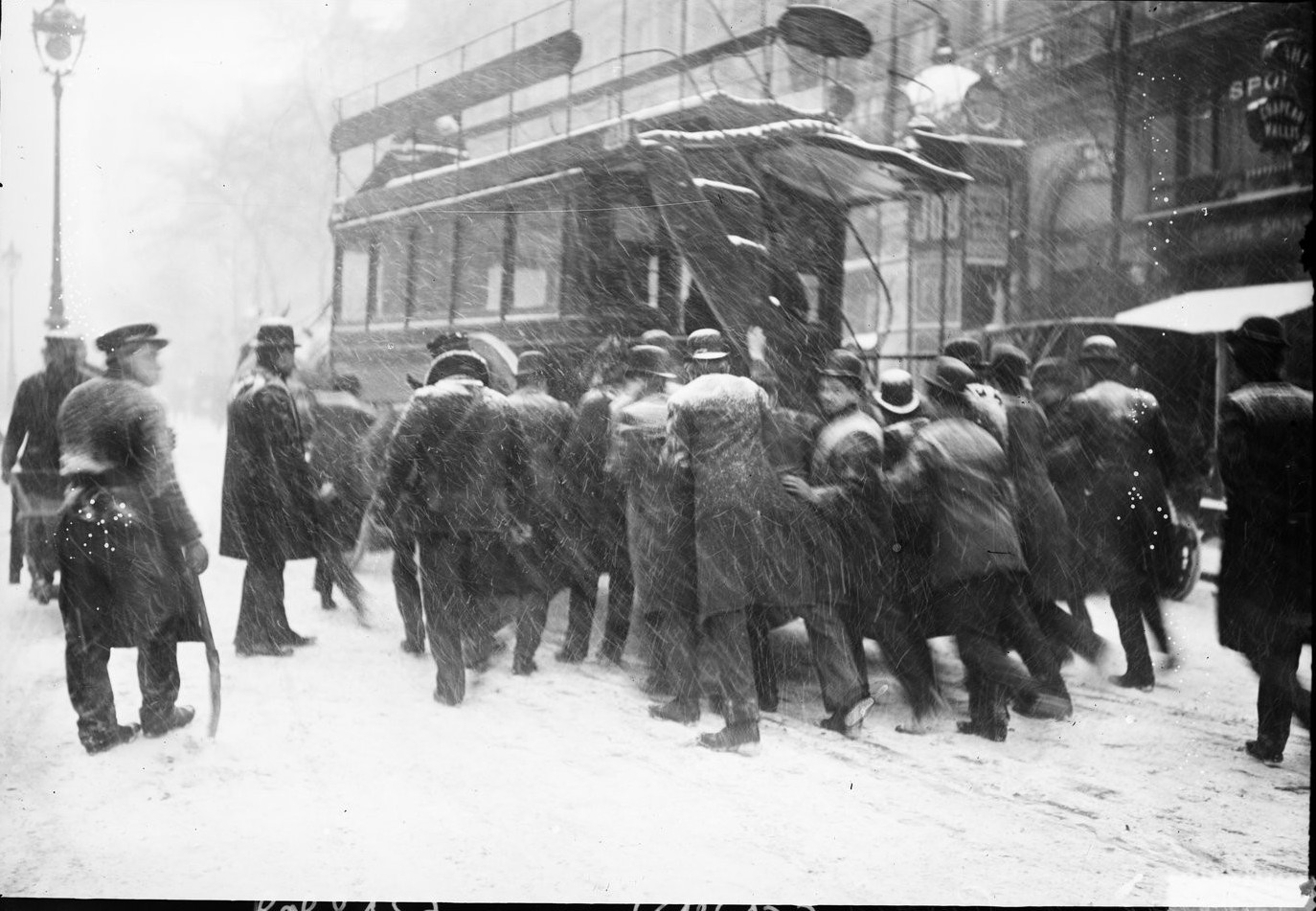 1908. Мужчины пытаются подтолкнуть конный автобус