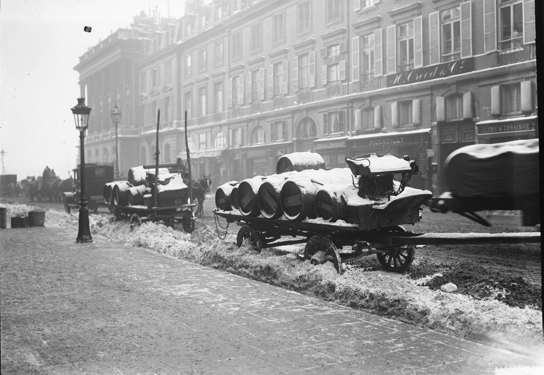 1908. Запорошенные снегом бочки на подводах на рю Руаяль