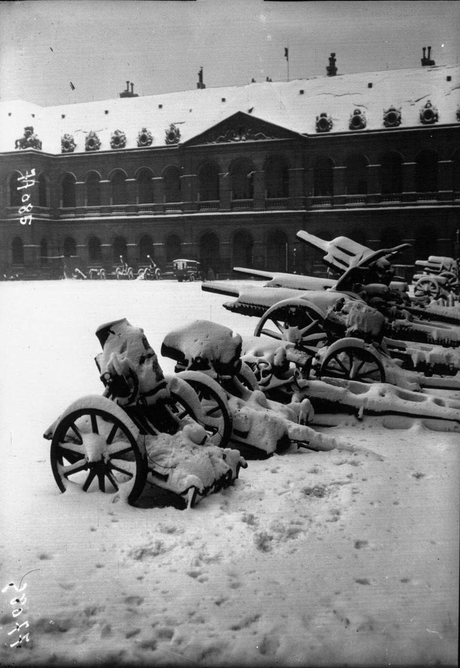 1919. Пушки бошей под снегом во дворе Дома Инвалидов