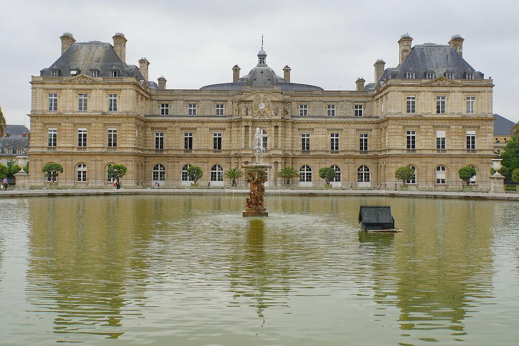 У Люксембургского дворца