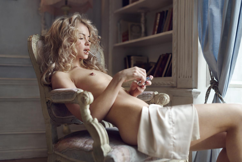 Курящая в кресле / фотограф Александр Мухин