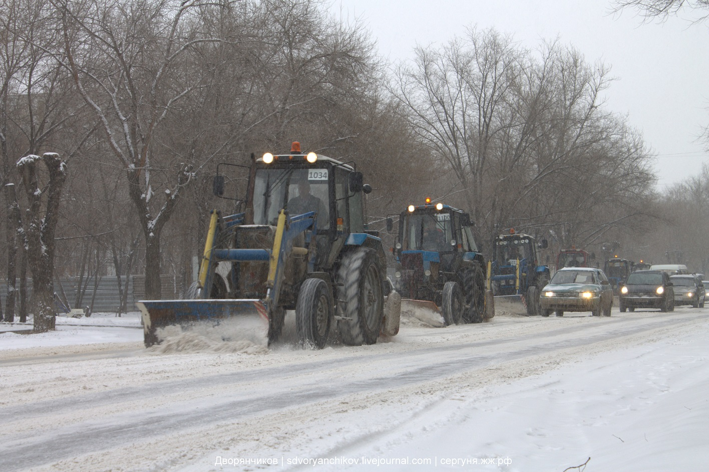 Волжский - трактора чистят дороги от снега