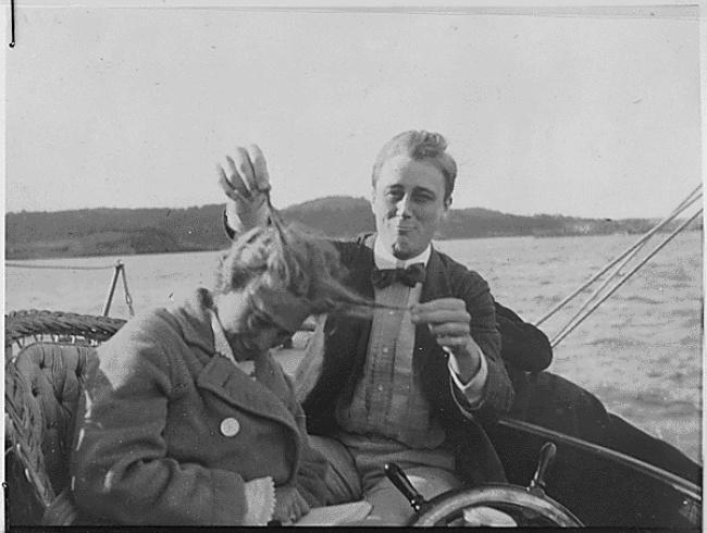 Будущий президент США Франклин Рузвельт со своей кузиной, 1910 год.