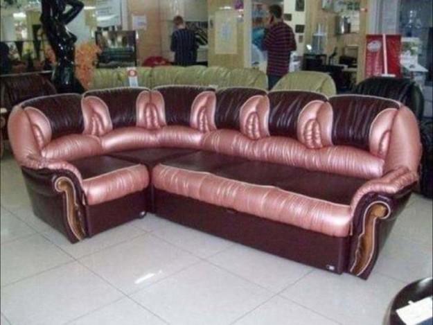 Обычный диван, пожалуй демонстрирующий жуткий вкус.