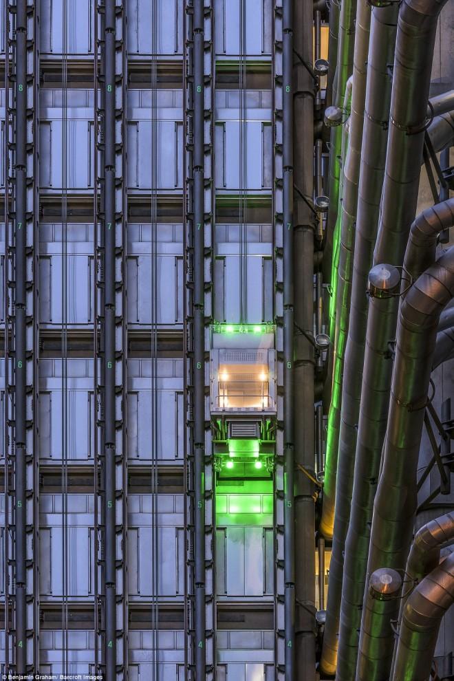 Неоновая подсветка лифта на здании.