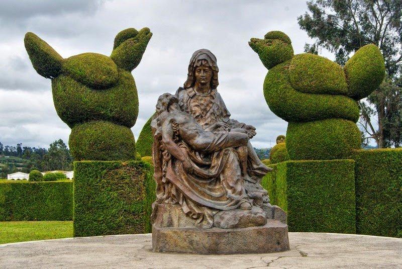 1. Решение о создании этого удивительного кладбища с необычными скульптурами-топиари было принято гл