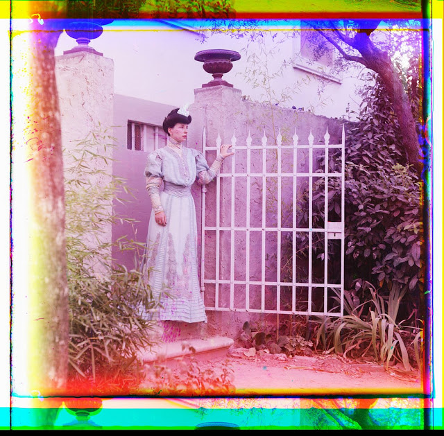 Цветные фотографии женщин Российской империи начала XX века