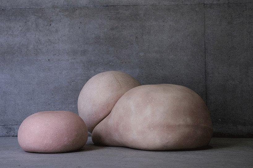 Пуфы в форме абстрактных человеческих тел, авторы Studio 9191